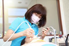2) 装着物を口内に合わせて調整し、噛みあわせがきちんとなるか確認してからお渡しとなります